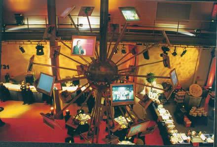 Auf einer Monitorkugel aus 40 Bildschirmen präsentieren sich die Stifter ARD, RTL, ZDF und SAT.1