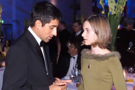 Laudator Ranga Yogeshwar mit der Gewinnerin des Förderpreises Miriam Stein
