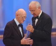 Wolfgang Menge erhält von Fritz Pleitgen, ADR-Vorsitzender, den Ehrenpreis der Stifter