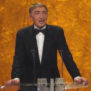 Gottfried John hält die Laudatio für die Kategorie Bester Fernsehfilm/Mehrteiler