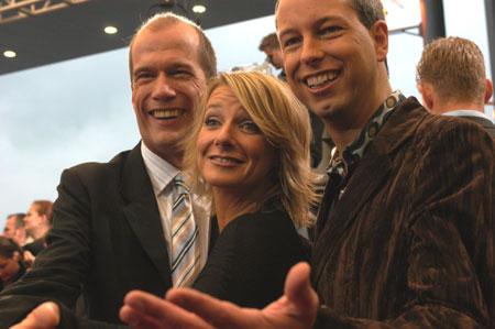 Georg Uecker, Kim Fischer und Thomas Hermanns lassen sich am roten Teppich von den Fans feiern