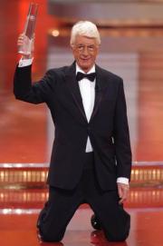 Rudi Carrell erhält den Ehrenpreis der Stifter und geht vor Freude auf die Knie