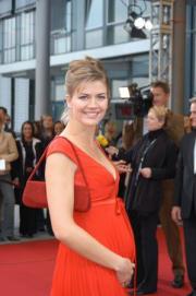 GZSZ-Star Nina Bott zeigt stolz ihren Babybauch