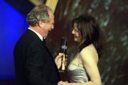 Laudator Friedrich von Thun überreicht Martina Gedeck ihren Fernsehpreis