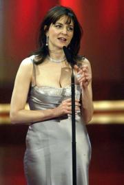 Martina Gedeck mit ihrem Preis als Beste Schauspielerin