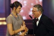 Heinrich Breloer übergibt Jessica Schwarz einen Fernsehpreis