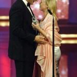 Tina Ruland übergibt Henning Baum seinen Fernsehpreis