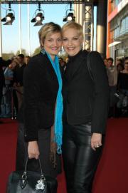 Sybille Weischenberg mit ihrer Tochter vor dem Coloneum