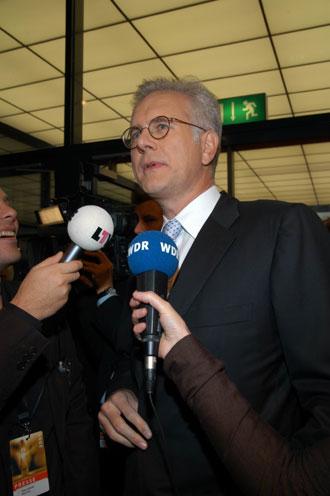 Von Reportern umringt wie kaum ein anderer: Harald Schmidt