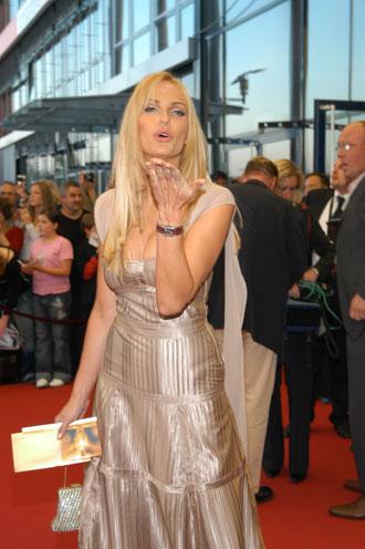 Sonya Kraus verteilt Küsschen