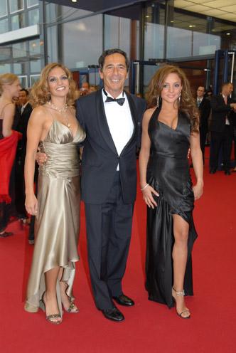 Dr. Roger Schawinski mit Moderatorin Anna Mayer (li.) und Estefania Küster