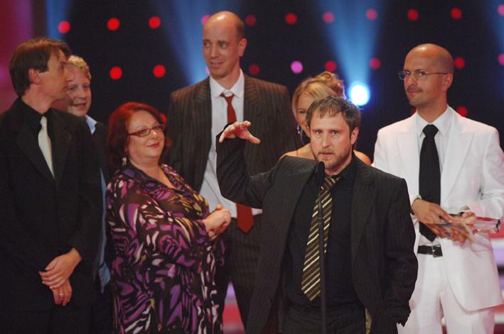 Das Stromberg-Gewinnerteam auf der Bühne: Bjarne Ingmar Mädel bedankt sich