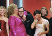 Im Gruppenbild der Preisträger und Laudatoren: Cindy aus Marzahn herzt Kurt Krömer aus Neukölln, daneben Sandra Maischberger