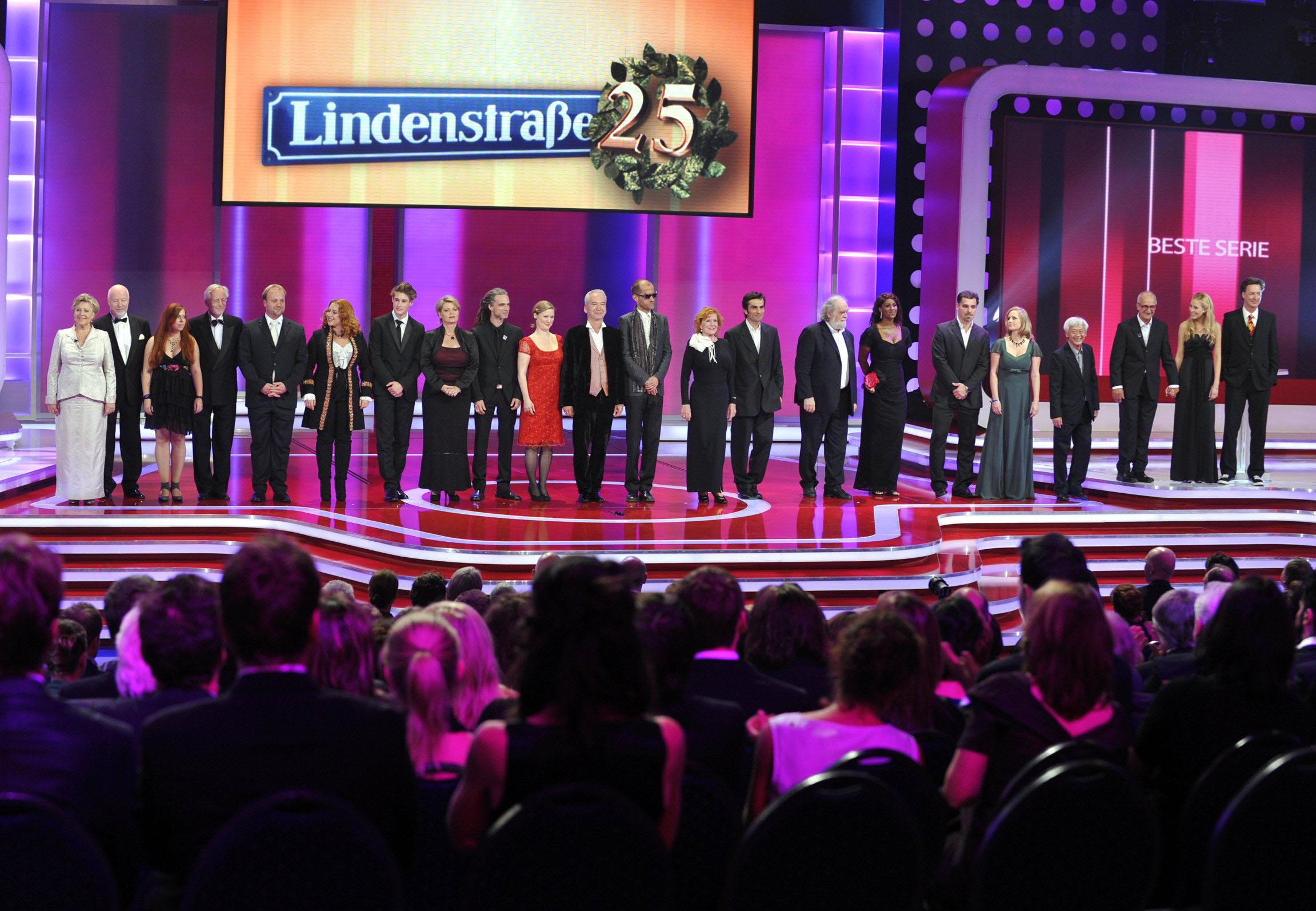 """Das Lindenstrassen-Ensemble überreicht den Preis für die """"Beste Serie"""""""
