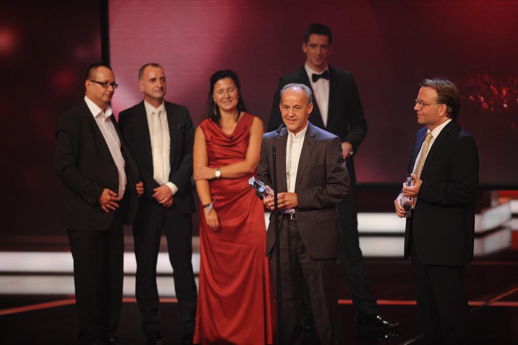Team von die story - Adel vernichtet erhält den Preis in der Kategorie Beste Reportage