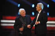 """Joachim """"Blacky"""" Fuchsberger (li.) erhält von Frank Elstner den Ehrenpreis der Stifter BB: Foto: RTL / Willi Weber"""