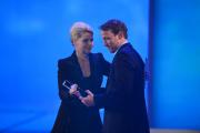 """Wotan Wilke Möhring nimmt den Preis in der Kategorie """"Bester Schauspieler"""" von Anette Frier entgegen."""