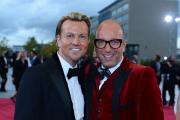 Designer Thomas Rath und Partner auf dem roten Teppich