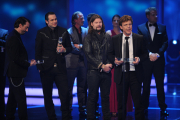 "John de Mol nimmt den Preis in der Kategorie ""Beste Unterhaltung-Show"" für THE VOICE OF GERMANY entgegen."