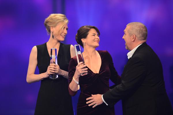 Dietmar Bär überreicht den Preis in der Kategorie Beste Schauspielerin an Barbara Auer und Ina Weisse