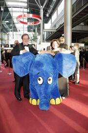 Der Elefant begrüßt die Gäste