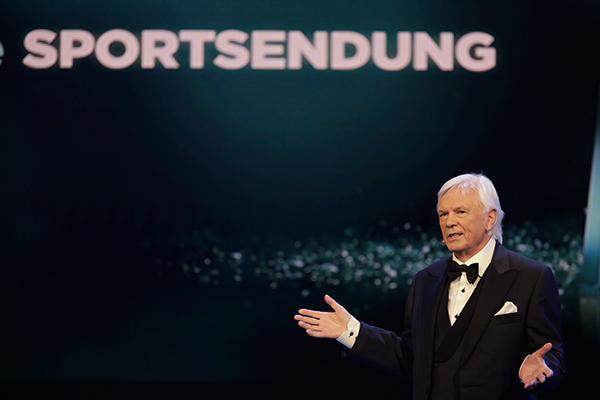 Dieter Kürten vergibt den Preis für Beste Sportsendung