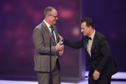 Guido Maria Kretschmer (re.) übergbit Oliver Welke den Preis für Beste Comedy