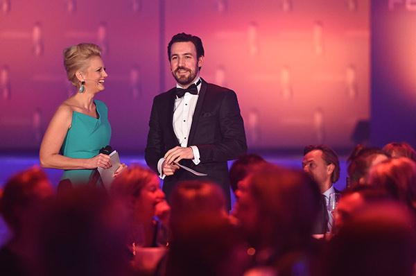 Barbara Schöneberger mit Juror Jan Köppen