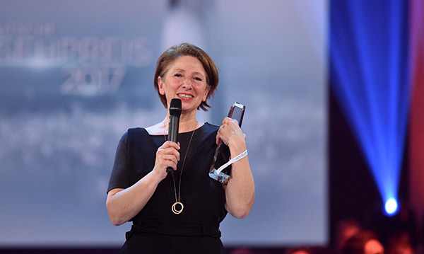 """Beste Ausstattung"" in Vertretung nimmt Petra Klimek den Preis entgegen"