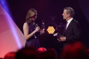 Den Preis für Antonia Rados nimmt Sonja Schwetje von Claus Kleber entgegen