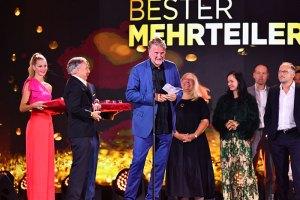 """Nico Hofmann übergibt den Preis an Michael Souvignier und Team """"Oktoberfest 1900"""""""